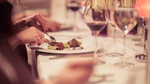 goście podczas kolacji w restauracji w Białymstoku